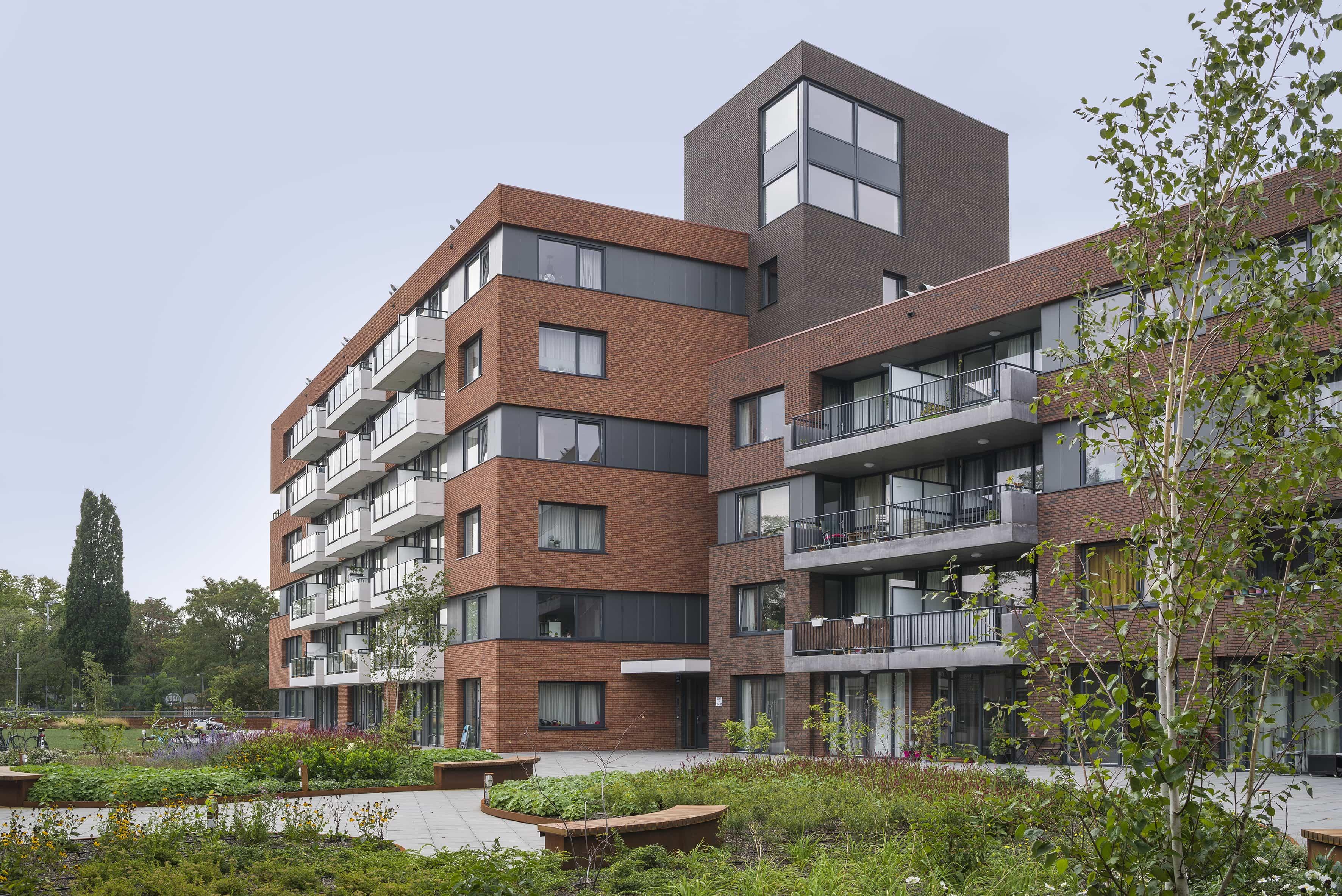 spoorzijde van appartementencomplex De Genestetlaan Nijmegen